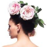 Retrato da vista traseira da mulher com as flores cor-de-rosa no cabelo Foto de Stock