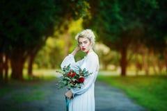 Retrato das belas artes de uma menina no vestido branco do vintage fotografia de stock