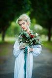 Retrato das belas artes de uma menina no vestido branco do vintage fotos de stock