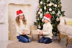 Retrato das crianças com Natal dos presentes do ano novo imagem de stock