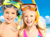 Retrato das crianças felizes que apreciam na praia Fotos de Stock Royalty Free