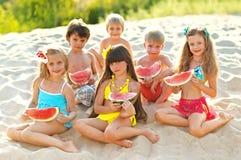 Retrato das crianças na praia imagens de stock royalty free