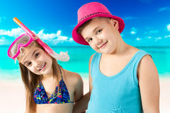 Retrato das crianças felizes que apreciam na praia Imagens de Stock Royalty Free