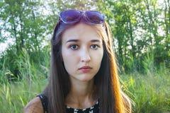 Retrato das emoções da menina na floresta imagem de stock