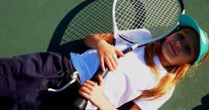 Retrato das estudantes bonitos que relaxam no campo de tênis 4k filme