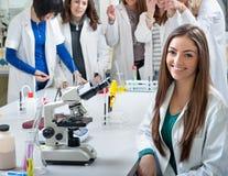 Retrato das estudantes de Medicina fotografia de stock