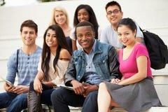 Retrato das estudantes universitário fora no terreno Foto de Stock