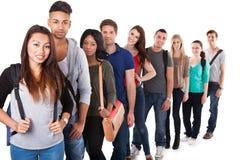 Retrato das estudantes universitário que estão em uma linha Imagem de Stock
