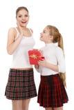Retrato das irmãs com uma caixa de presente fotografia de stock royalty free