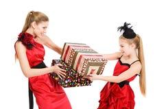 Retrato das irmãs com uma caixa de presente fotografia de stock