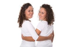 Retrato das irmãs gêmeas reais isoladas sobre o branco Fotografia de Stock