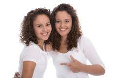 Retrato das irmãs gêmeas reais isoladas sobre o branco Imagens de Stock