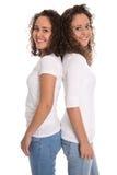 Retrato das irmãs gêmeas reais isoladas sobre o branco Fotografia de Stock Royalty Free