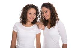 Retrato das irmãs gêmeas reais isoladas sobre o branco Imagem de Stock Royalty Free