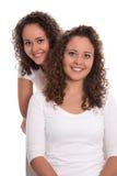 Retrato das irmãs gêmeas reais isoladas sobre o branco Imagens de Stock Royalty Free