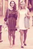 Retrato das jovens mulheres bonitas que têm uma caminhada foto de stock royalty free