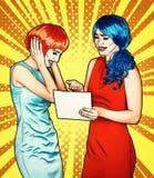 Retrato das jovens mulheres no estilo cômico da composição do pop art As fêmeas estão lendo a letra imagem de stock royalty free