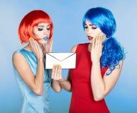 Retrato das jovens mulheres no estilo cômico da composição do pop art fêmeas fotos de stock
