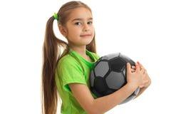 Retrato das meninas as mais bonitos com a bola isolada em um fundo branco fotografia de stock