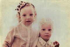 Retrato das meninas bonitas (irmãs) no estilo do vintage Fotos de Stock Royalty Free
