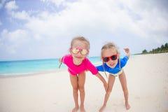 Retrato das meninas que têm o divertimento na praia tropical Fotos de Stock Royalty Free