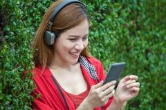 retrato das mulheres asiáticas novas bonitas felizes que sorriem no coa vermelho Imagem de Stock