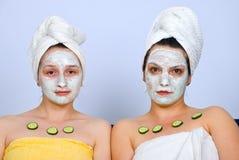 Retrato das mulheres com máscara facial Fotos de Stock Royalty Free