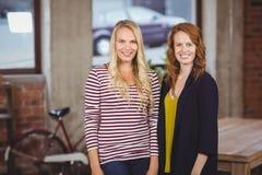 Retrato das mulheres de sorriso que estão no escritório Imagem de Stock Royalty Free