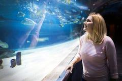 Retrato das mulheres no mundo do oceano foto de stock