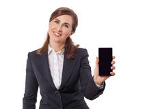 Retrato das orelhas bonitas de uma mulher de negócios 50 velhas com o telefone celular isolado no branco Imagens de Stock Royalty Free