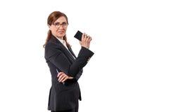 Retrato das orelhas bonitas de uma mulher de negócios 50 velhas com o telefone celular isolado no branco Foto de Stock Royalty Free