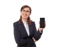 Retrato das orelhas bonitas de uma mulher de negócios 50 velhas com o telefone celular isolado no branco Fotos de Stock