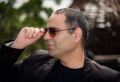 Retrato de óculos de proteção vestindo e de guardar do homem com mão Imagem de Stock