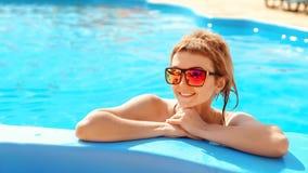 Retrato de óculos de sol vestindo da mulher atrativa nova Conceito da beleza do verão imagens de stock