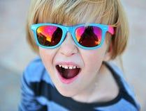 Retrato de óculos de sol vestindo de um rapaz pequeno Imagem de Stock