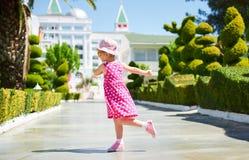Retrato de óculos de sol vestindo de uma criança feliz fora no dia de verão Amara Dolce Vita Luxury Hotel recurso Tekirova Fotografia de Stock Royalty Free