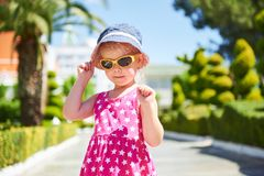 Retrato de óculos de sol vestindo de uma criança feliz fora no dia de verão Amara Dolce Vita Luxury Hotel recurso Tekirova Fotos de Stock