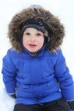 Retrato de 3 años de muchacho en invierno al aire libre Foto de archivo
