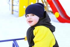 Retrato de 2 años de niño en guardapolvo en invierno Foto de archivo libre de regalías