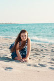 Retrato de 10 años de vieja muchacha en la playa Imagenes de archivo