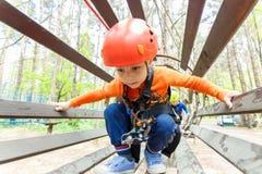 Retrato de 3 años del casco que lleva y el subir del muchacho Imagenes de archivo