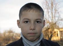 Retrato de 8 años del muchacho con la cara seria Fotos de archivo
