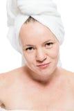 Retrato de 30 años hermoso de la mujer después de la ducha en blanco Imagenes de archivo
