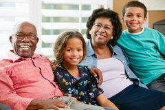 Retrato de abuelos con los nietos Fotografía de archivo libre de regalías