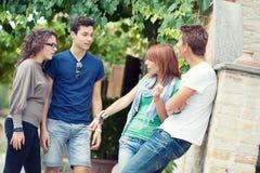 Retrato de adolescencias felices en el parque en el verano Foto de archivo