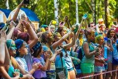 Retrato de adolescencias felices jovenes en el festival del color del holi Imágenes de archivo libres de regalías