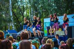 Retrato de adolescencias felices jovenes en el festival del color del holi Fotos de archivo libres de regalías
