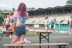 Retrato de adolescente com as calças de brim curtos em Colore Mulhouse 2017 Imagens de Stock Royalty Free