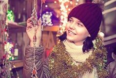 Retrato de adolescente con la decoración de la Navidad Fotos de archivo