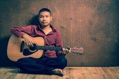 Retrato de adolescente con la guitarra Foto de archivo libre de regalías
